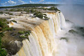 Сверху река, срывающаяся вниз водопадом, смотрится совсем огромной — скорее, как озеро или залив!