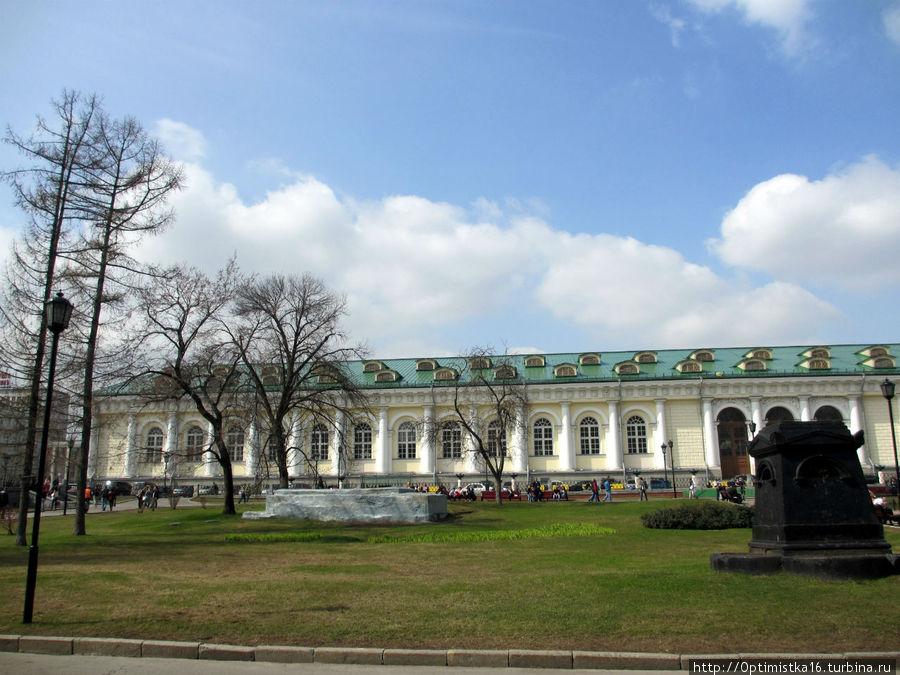 Вид на здание Манежа из Александровского сада
