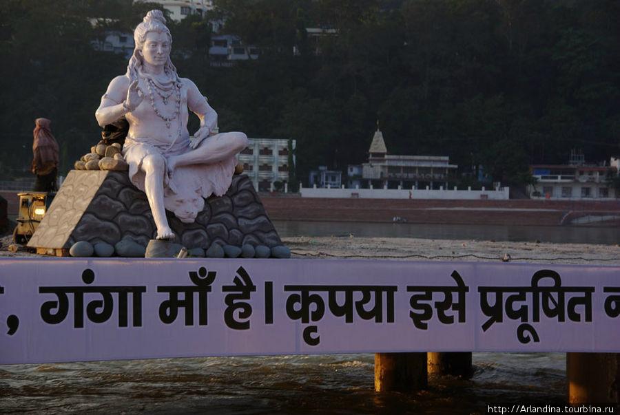 Белая фигура Шиви над рекой.