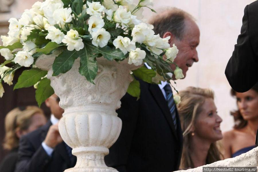 Прибыла невеста в сопровождении отца. Не сказать, что невеста совсем юная. Похожа на отца: отец не крестный.