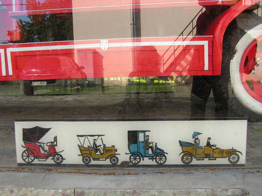 Нижняя окантовка стеклянного колпака. Несколько разных полосок с историческими машинками.