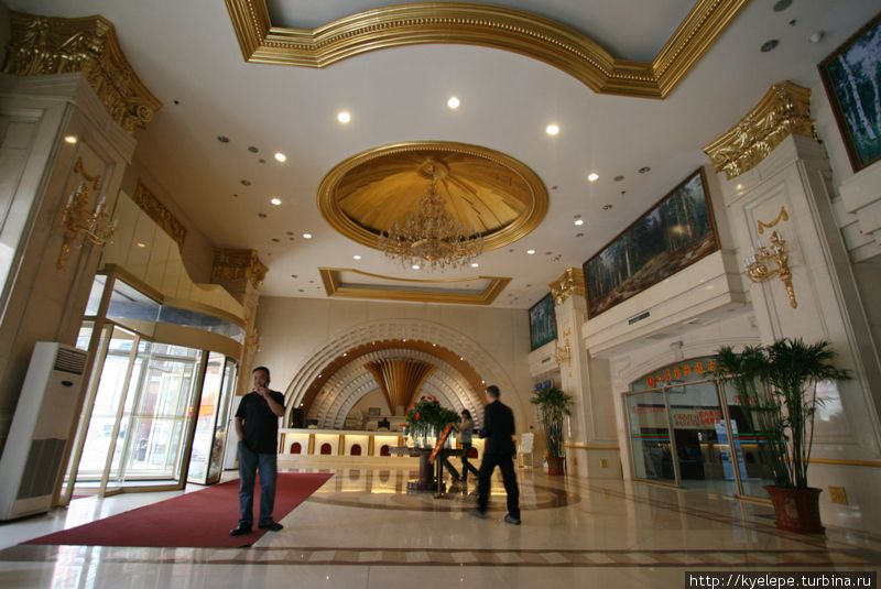 Шикарный холл, в котором все произошло.