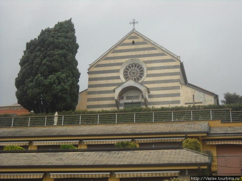 Фасад церкви с набережной
