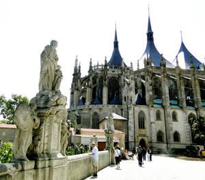 А это еще одна сторона собора. К ней ведет пролет со скульптурами, напоминающий Карлов мост в Праге