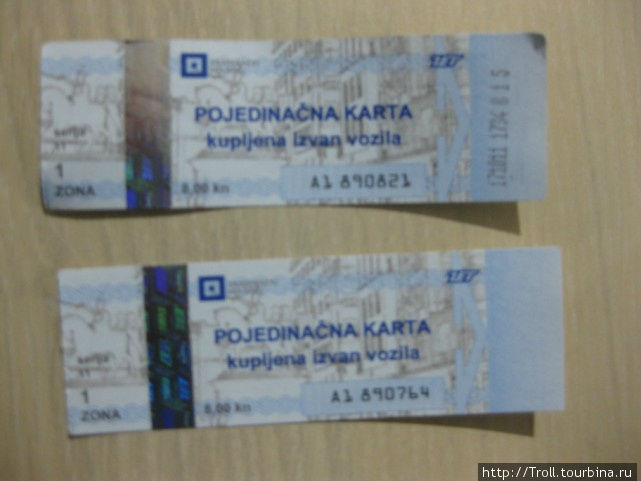 Билет на одну поездку. Верхний прокомпостирован (цифры на правой стороне), нижний — нет