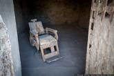Тюрьма в пустыне не могла вмещать в себя много преступников, и в 1907-м году она оказалась переполнена. Вместо расширения этого учреждения власти решили построить новую, более современную и цивилизованную тьрьму в местечке Флоренция. Последний заключённый покинул клетку 15 сентября 1909 года, то есть больше ста лет назад. С 1910 по 1914й годы здесь была средняя школа (как можно учить детей в тюрьме?), а потом многие годы тюрьма служила пристанищем для бомжей и источником бесплатных стройматериалов. Несколько десятилетий назад нашлись энтузиасты, восстановившие тюрьму и сделавшие из неё музей.