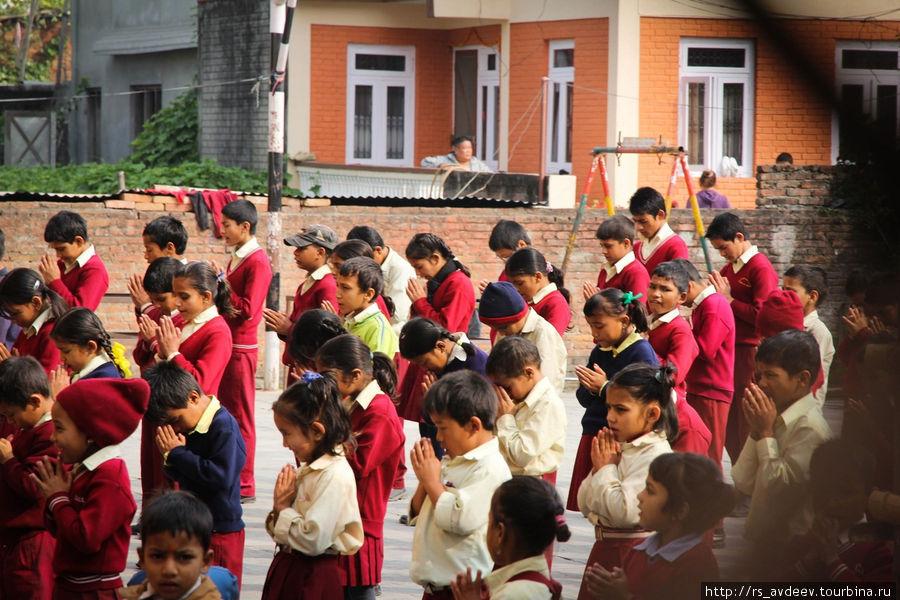 Утро в школе, они что то поют и приветствую учителей в общем там целый обряд.