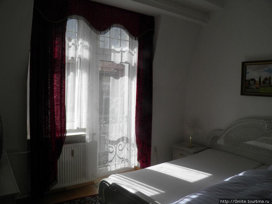 Номер в гостинице, где я провела одну ночь, развалившись на двухместной кровати, что было замечательно после ночного поезда.