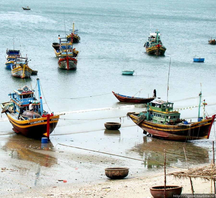 Лодки хоть и старенькие, как показалось, но ярко раскрашены Муй-Не, Вьетнам
