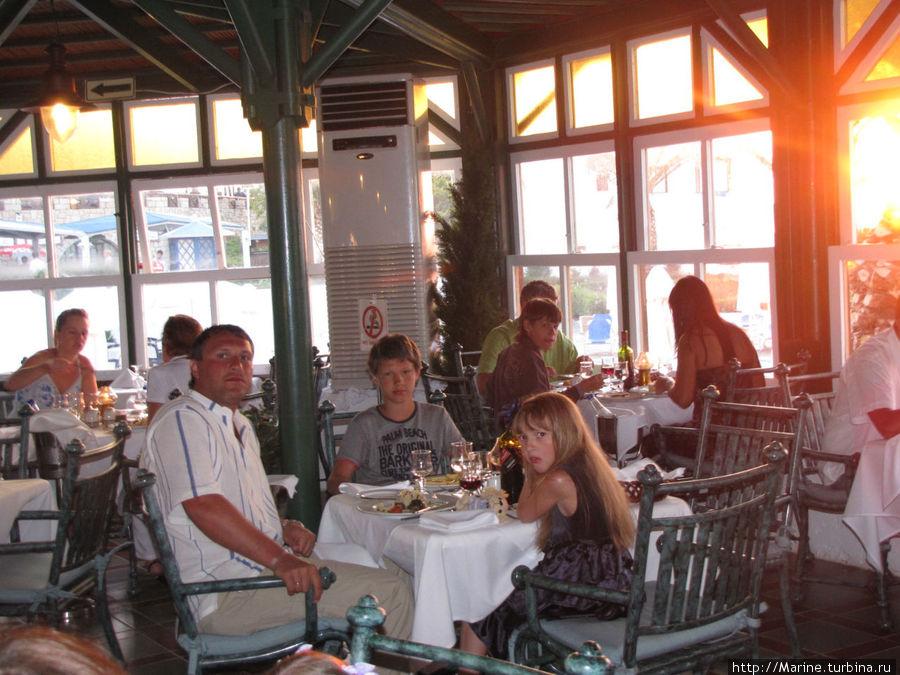 ресторан с живой музыкой, в репертуаре есть песни и на русском языке (