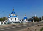 А от парка пройдем на улицу Ленина. Рядом, на одной линии стоят две новенькие церкви. На переднем плане Русская православная церковь, на заднем — Украинская.