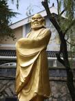 Бодхидарма — индийский монах, который ввел систему упражнений для монахов.