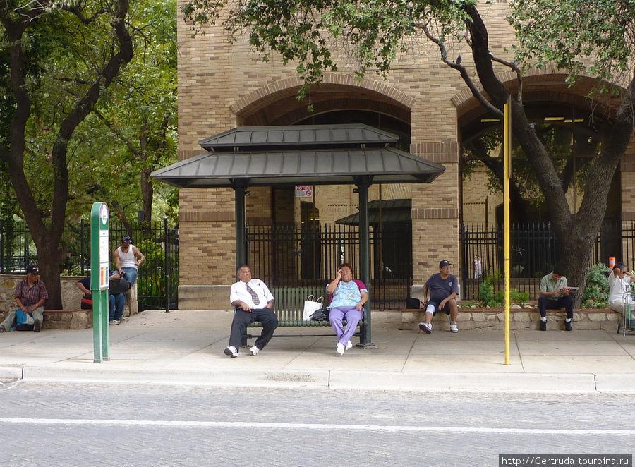 Ожидание автобуса на остановке