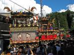 Улица перед храмом, выставлены повозки- Ятайи