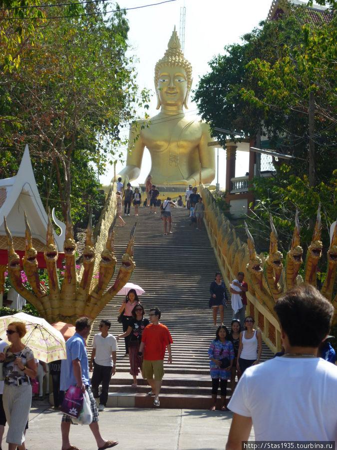Паттайя. Будда Луанг Пхо Яй в храме Пхра Яй.