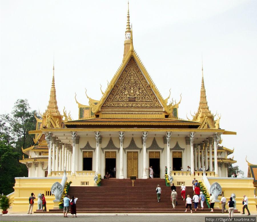 Тронный зал — здесь проходят коронации и свадебные торжества камбоджийских королей