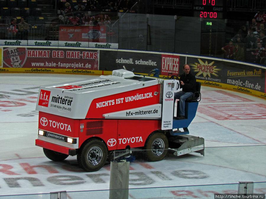 Хоккеисты покинули площадку, и вышли машины заливки льда. Интересно, а немцам не обидно видеть японскую технику на немецком льду?