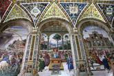 Цикл фресок о жизни и деяниях Энеа Сильвио Пикколомини, папы Пия II, в библиотеке Сиенского собора. В центре фреска — Пикколомини — нунций в Шотландии