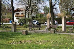 Сквер со странными памятниками недалеко от вокзала