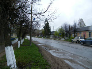Вот она, эта главная улица. Во время Великой Отечественной войны именно здесь садились немецкие планеры с продовольствием и боеприпасами для снабжения своих окруженных солдат. В Холмском котле были окружены 5,5 тысяч немецких солдат и офицеров.