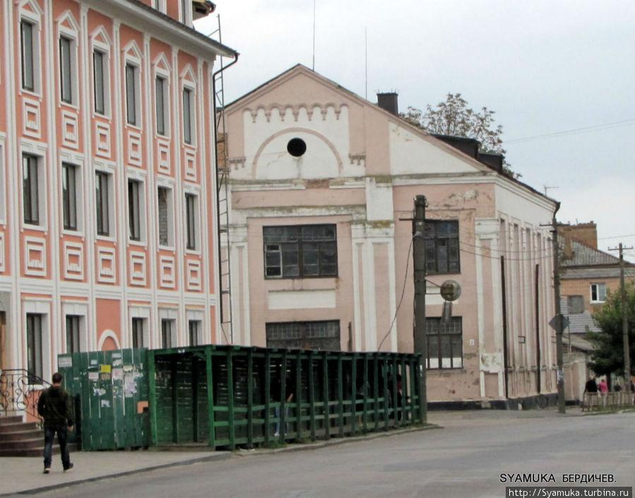 Хоральная синагога( в глубине снимка).