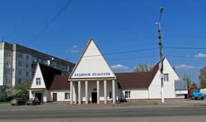 Возле церквей Дом Культуры