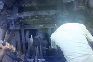 Наши вагоны прибивают кувалдами к паровозу