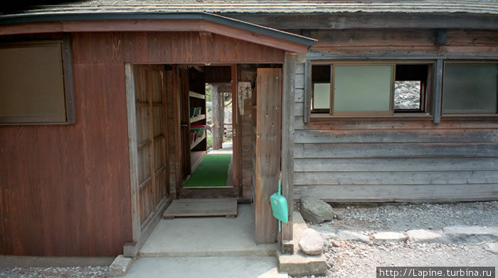 Вход в конёку. Налево — женская раздевалка; направо — сначала ванна под крышей, потом — помывочная под навесом; прямо — выход к ротэнбуро, по левой стене видны полки, на которых раздеваются мужчины