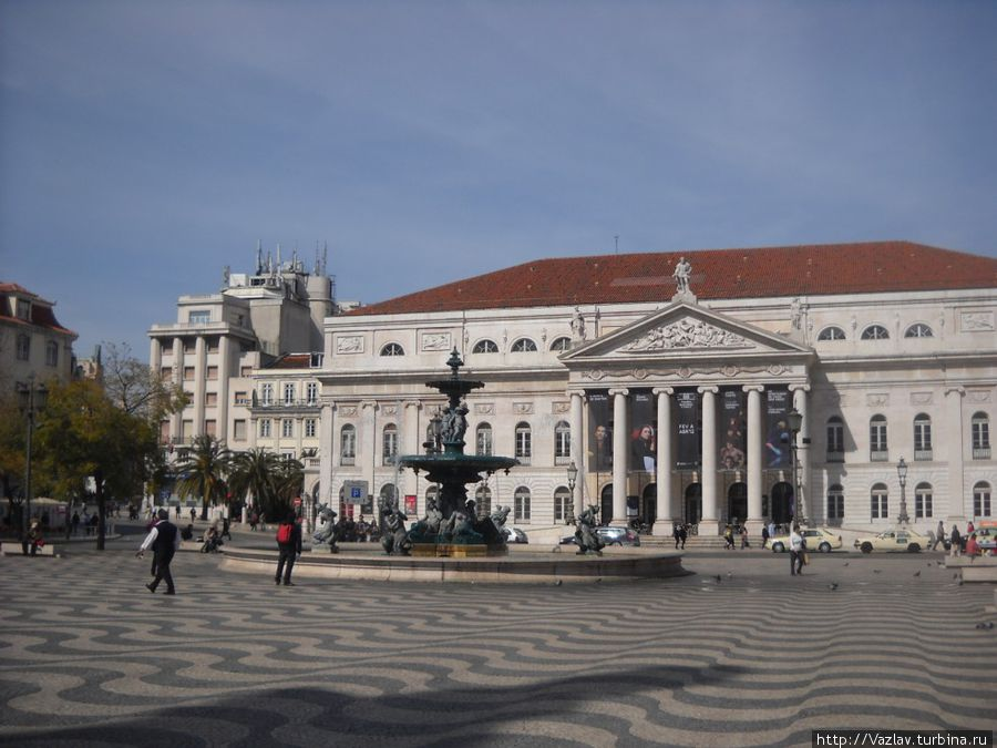 Фасад театра: вид с площади Россиу