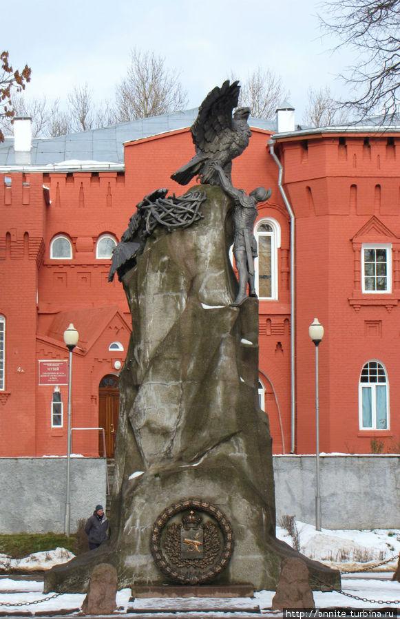 Памятник защитникам Смоленска в войне 1812 года.  На заднем плане — музей Великой Отечественной войны (здание красного цвета).