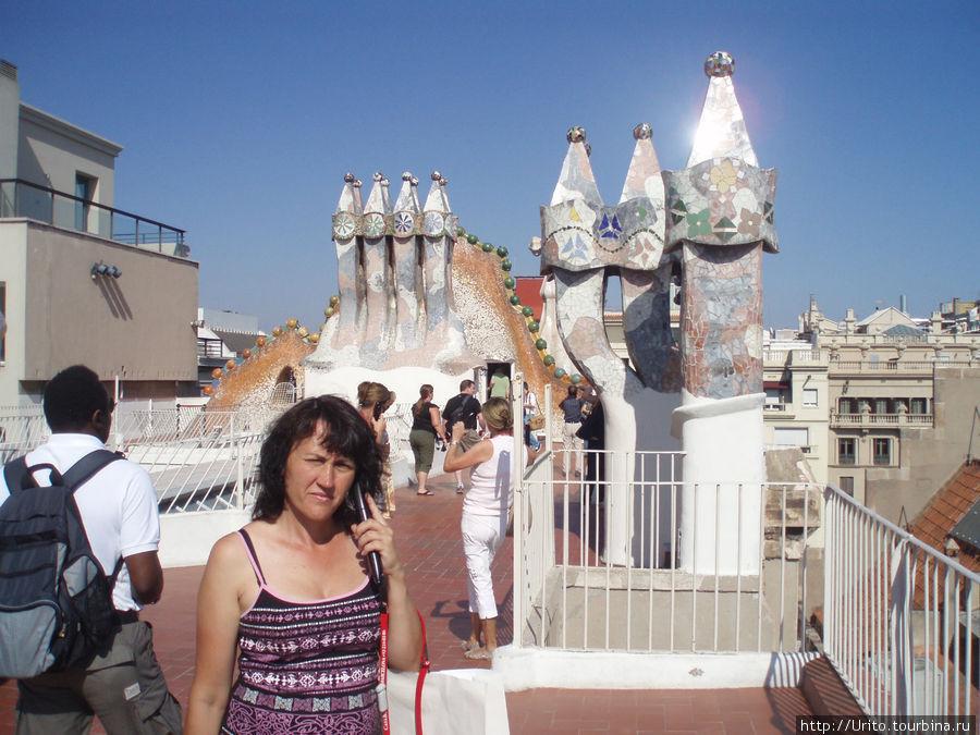 на крыше дома Батльо знаменитые вентиляционные трубы Гауди