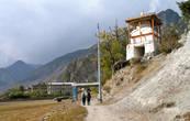 по дороге к монастырю расположена небольшаяя ступа