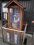 Это механическая кукла рекламировала блюда, которые предлагал маленький ресторанчик. Муляжи блюд поочередно появлялись перед кивающим головой