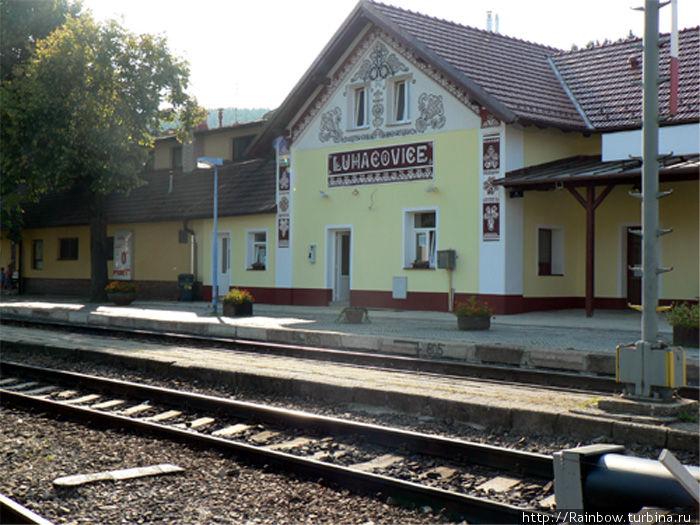 Здание железнодорожного вокзала. Уже при выходе из поезда вам улыбнется очаровательная архитектура этого городка и настроит вас на приятное ожидание ее продолжения.