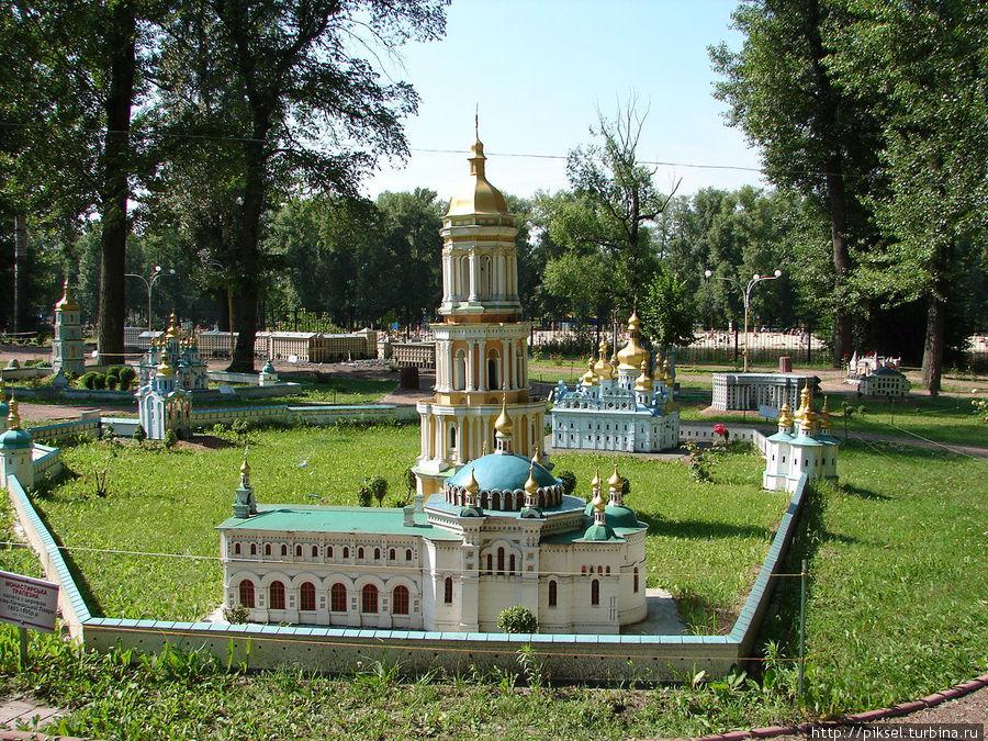 Монастырская трапезная (на переднем плане) Киево  — Печерской Лавры