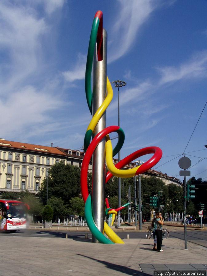 Здесь видны обе части скульптуры — игла и узелок на заднем плане через дорогу