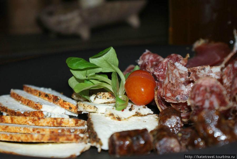 Нарезка из литовских продуктов: мягкий белый литовски сыр и колбаски