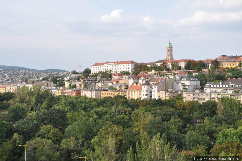 Вид из окна отеля : башня церкви Святой Марии Магдалины