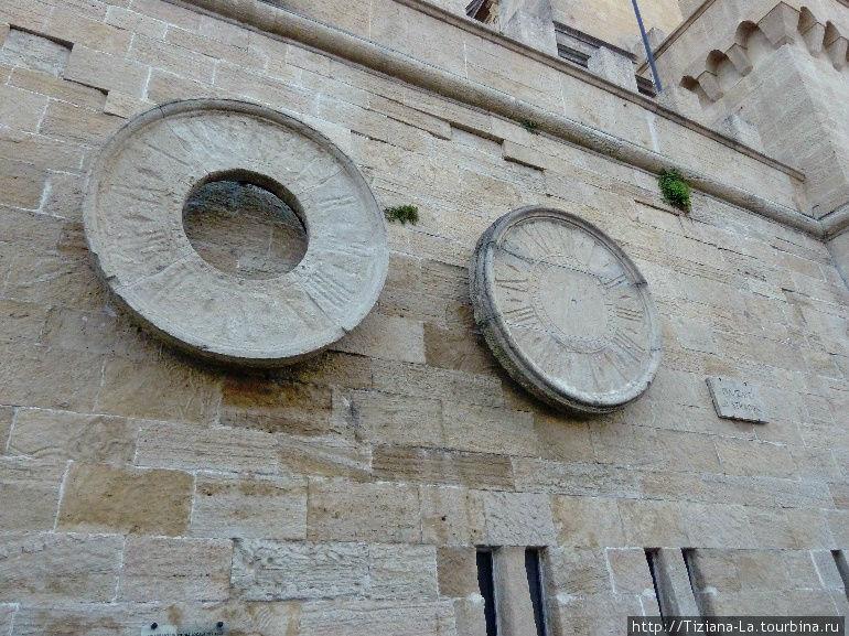 Солнечные часы на городской стене