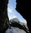 В скалах есть пещера, в которую не составит труда забраться