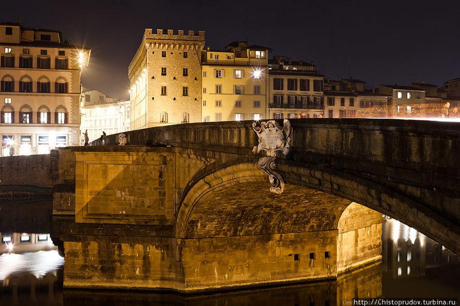 Несколько слов про отношение флорентийцев к своей архитектуре: «Санта-Тринита считается самым изящным мостом Флоренции. Он был возведён в 1258 году сначала в дереве, а затем, после разрушения от наводнения в 1333 году, — в камне. Очертания этого шестипролётного моста Бартоломео Амманнати (использовавшего, возможно, проект Микеланджело) радуют глаз своими красивыми формами, овальными арками, мощными гранёными устоями, мраморными картушами и скульптурой.   В 1944 году мост взорвали нацисты, но горожане в 1957 году бережно его восстановили, причём из воды были подняты фрагменты старой конструкции. При реконструкции выяснилось, что изгибы арок образуют так называемую катенарную кривую. По краям моста установлены четыре статуи, одна из которых, «Весна» Франкавиллы, была обезглавлена взрывом. В 1961 году мраморную голову нашли в водах Арно — её обретение флорентийцы восприняли как праздник.» Флоренция, Италия