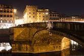 Несколько слов про отношение флорентийцев к своей архитектуре: «Санта-Тринита считается самым изящным мостом Флоренции. Он был возведён в 1258 году сначала в дереве, а затем, после разрушения от наводнения в 1333 году, — в камне. Очертания этого шестипролётного моста Бартоломео Амманнати (использовавшего, возможно, проект Микеланджело) радуют глаз своими красивыми формами, овальными арками, мощными гранёными устоями, мраморными картушами и скульптурой.   В 1944 году мост взорвали нацисты, но горожане в 1957 году бережно его восстановили, причём из воды были подняты фрагменты старой конструкции. При реконструкции выяснилось, что изгибы арок образуют так называемую катенарную кривую. По краям моста установлены четыре статуи, одна из которых, «Весна» Франкавиллы, была обезглавлена взрывом. В 1961 году мраморную голову нашли в водах Арно — её обретение флорентийцы восприняли как праздник.»
