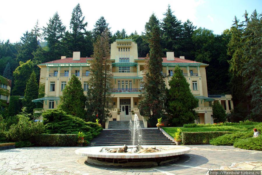 Передний фасад с видом на курорт.