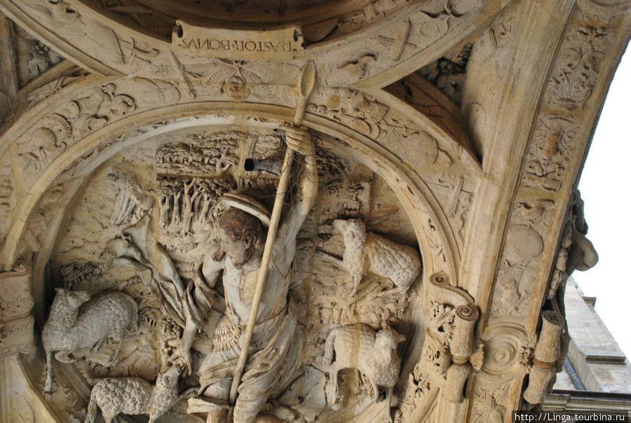 Даже птичка свила гнездышко под защитой доброго пастыря Жана-Батиста.