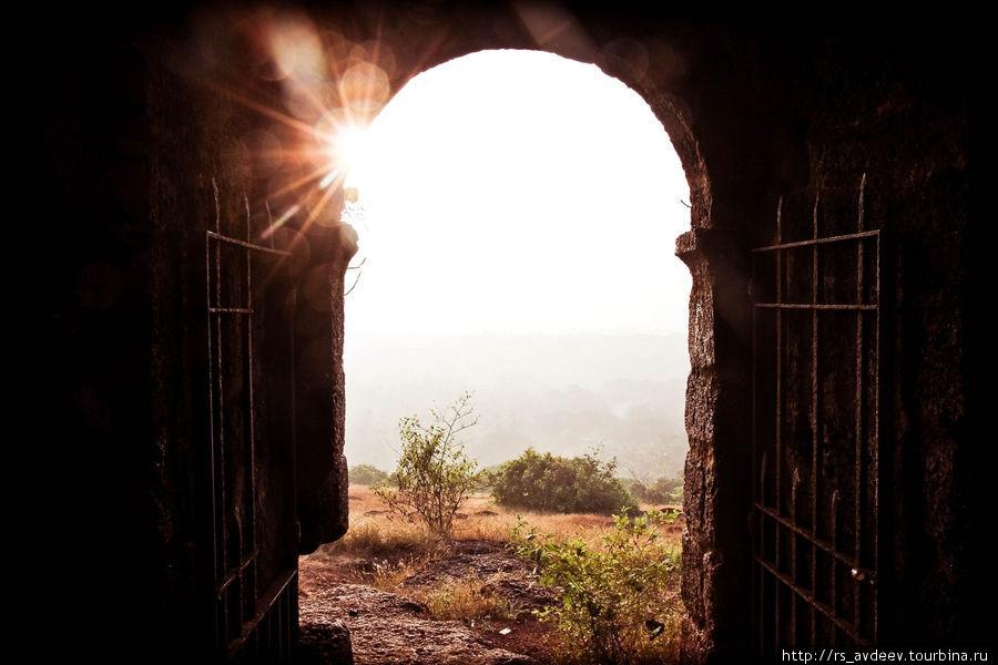 Восход. Вид из калитки Red Fort, самая высокая точка (Вагатор, ГОА, близ Анжуна)