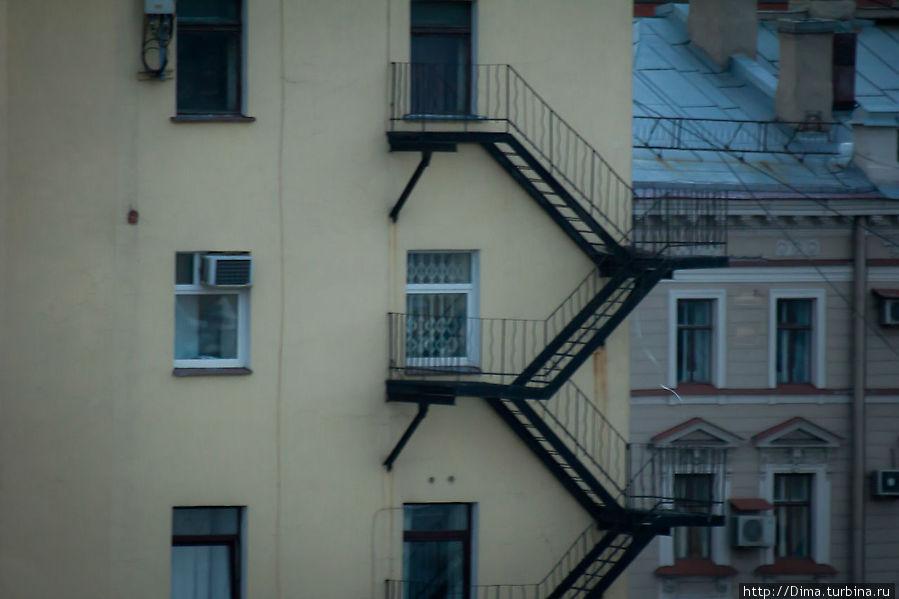 Окна. Имея бинокль, или дальнозоркий объектив, можно подсматривать за жизнью горожан. Санкт-Петербург, Россия