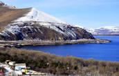 Озеро Севан — пресноводное, водная поверхность имеет лазурно-синий цвет.