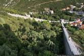 Если пройти по стене до конца (около шести километров подъемов и спусков), можно обогнуть гору и выйти уже в другом месте — поселке Мали Стон.