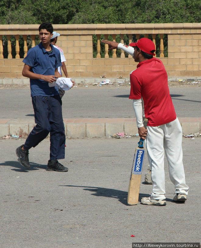 Крикет — национальный вид спорта. Все свободные площадки забиты игроками.