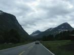 Позади остаются последние жилые постройки и дорога плавно поднимается в гору